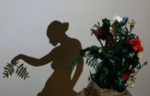 Картинки игра теней. Тень девушки с веточкой в руке, созданная при помощи икебаны