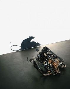 Картинки игра теней. Тень мышей в недвусмысленной позе, созданная из кучи предметов