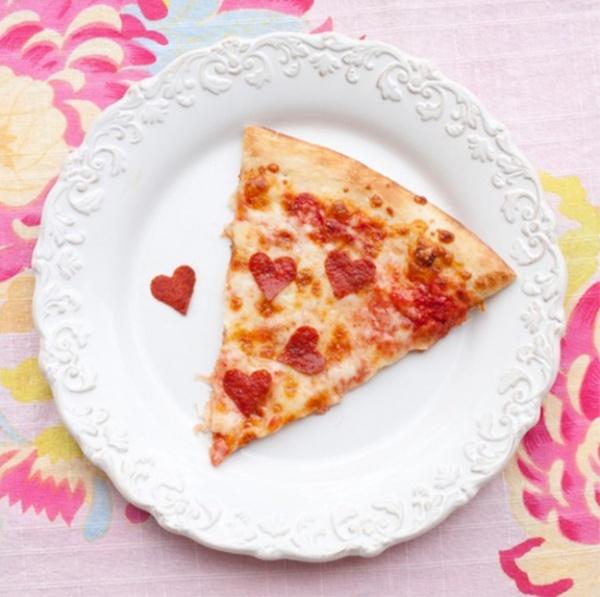 Укрась пиццу сердечками из салями.