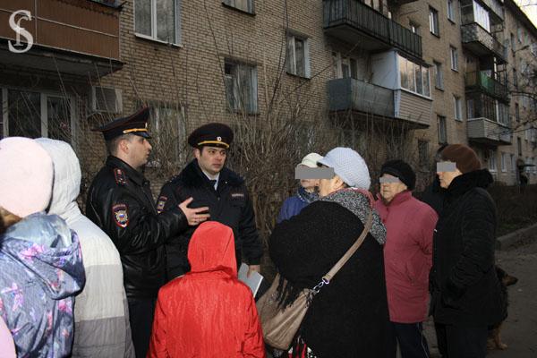 Полицейские и жители. Фото by Svetlana fonfrovich