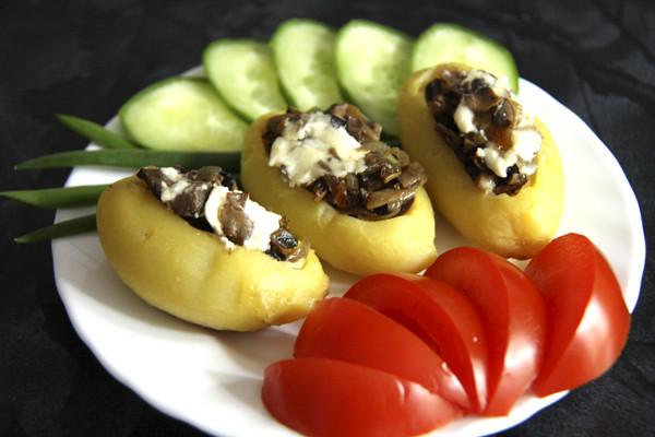 картошка фаршированная жареными грибами, картофельные лодочки с грибами