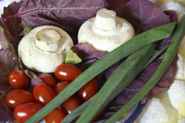 салат с грибами и черри, салат из шампиньонов с зеленым чесноком, красный салат с грибами и черри