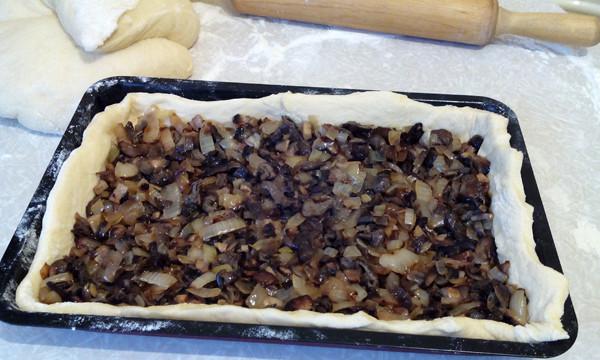 Сдобный пирог с грибами
