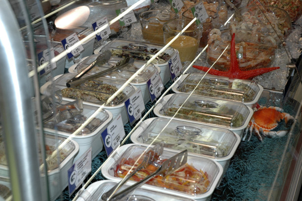 готовые салаты, покупные салаты, салат в магазине фото, салаты в лоточках фото