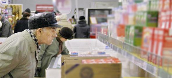 человек в универсаме, покупатель у прилавка, прилавок в магазине, человек в магазине