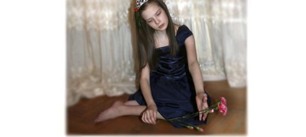 маленькая принцесса, девочка в короне, девочка с цветком, девочка на полу, девочка в синем платье, грустная девочка