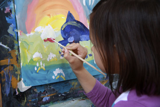 девочка рисует, рисунок красками фото, рисование красками с натуры фото, рисующая девочка, кисти и краски фото