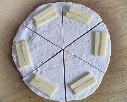 тортилья с сыром, жареная тортилья с сыром, жареные сырные конвертики, рулетики с сыром жареные, сырные рулетики фото, тортилья с сыром картинки