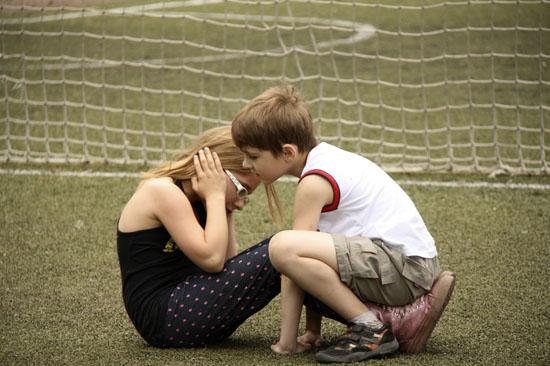 дети играют фото, играющие дети, девочка и мальчик фото, дети обнимаются фото, мальчик и девочка играют