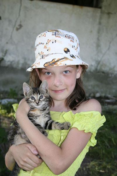девочка и кошка картинка, девочка с котенком фото, девочка с кошкой фото, девочка и кот картинка, девочка с котенком на руках, котенок на руках фото, кот на ручках, девочка держит котенка, обнимашки