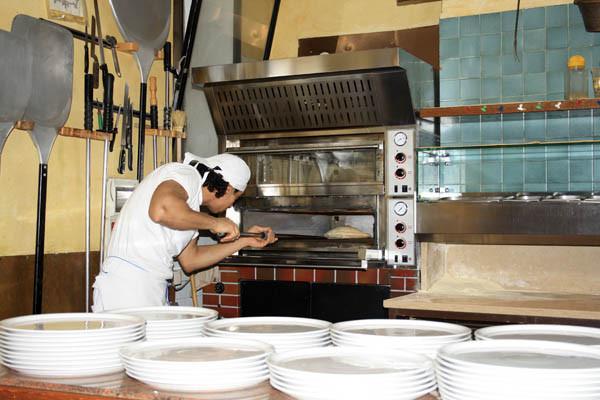 pizza foto, trattoria pic, pic of trattoria, making pizza, как пекут пиццу картинки, печь для пиццы фото, фото печи для пиццы, фото как пекут пиццу, как пекут пиццу в италии фото, итальянская пиццерия фото, как сделать пиццу фото, пицца на лопате фото