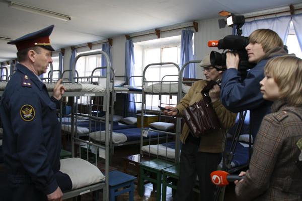 ик-7 ковров, ик 7 пакино, колония в пакино, юбилей колонии особого режима, тюрьма, зона, колония, книга о тюрьме, тюрьма фото, фото из тюрьмы, тюремный барак, нары в бараке, нары в тюрьме, журналисты в тюрьме, экскурсия в тюрьму