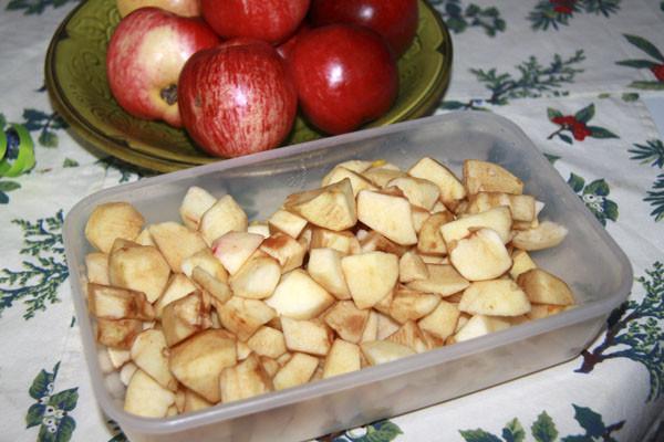 яблоки кусочками, кусочки яблок, яблочные дольки, яблоки