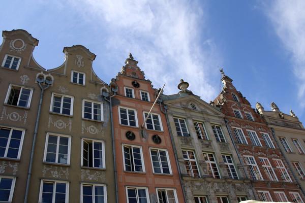 gdansk; гданьск; крыши; крыши гданьска; гданьск крыши; старинные крыши; дырявая крыша; гданьск польша; фото гданьск; гданьск фото, украшение фасадов, картины на фасаде, роспись фасадов, фасады гданьска, фасады фото, фото фасадов, старинные фасады, старинные фасады в гданьске, фасады с росписью, фасады с росписью под старину, старые крыши, крыши старый гданьск, крыши старого гданьска, старый гданьск фото, старый гданьск картинки, скульптуры на крыше, фигурки на крыше, фигуры на крышах фото
