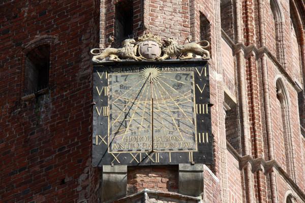 gdansk; гданьск; крыши; крыши гданьска; гданьск крыши; старинные крыши; дырявая крыша; гданьск польша; фото гданьск; гданьск фото, украшение фасадов, картины на фасаде, роспись фасадов, фасады гданьска, фасады фото, фото фасадов, старинные фасады, старинные фасады в гданьске, часы старинные, старинные часы, часы на старой башне, что посмотреть в гданьске