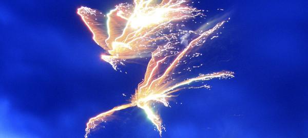 ангел, ангел в небе, огненный ангел, ангел мести, ангел возмездия, ангел защитник, ангел мститель, ангел хранитель, фото ангела, ангел картинки, салют, салют картинки, салют в небе, фото салюта, салют фото, молния, гроза, фото молний, молнии картинки