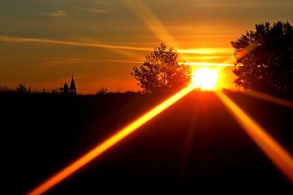 sunset, закат, солнце, луч заката, луч солнца, огненный луч, лучи солнца, оранжевый закат, на закате, фото закат, закат фото, закат картинки, закат и церковь, солнце садится, глядя на луч пурпурного заката