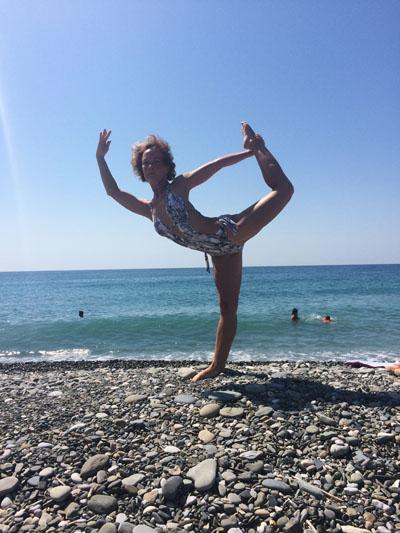 девушка и море, гимнастка на пляже, пляж, море, девушка