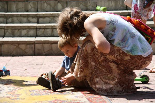 ребенок завязывает шнурки