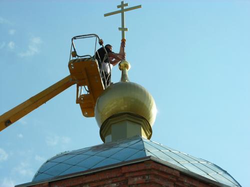 водружение креста на купол храма
