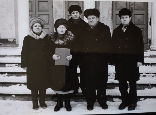дедушка и бабушка с детьми у клуба